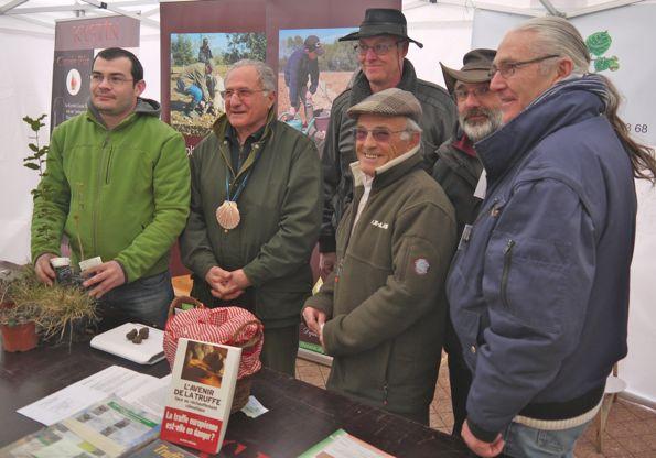 Paul Chamard-Bois tout sourire avec à sa gauche Raymon Maran nouveau secrétaire et Serge Varambon élu vice président du Syndicat des trufficulteurs de l'Isère. Photo prise à la fête de la coquille St Jacques.