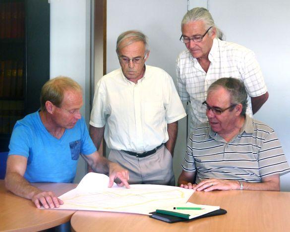 Eric Beckrich montre au président Dufresne les endroits ou sont situés ses truffières... sous le regard de Paul chamard-Bois et de Serge Varambon, président et vice -président du STI